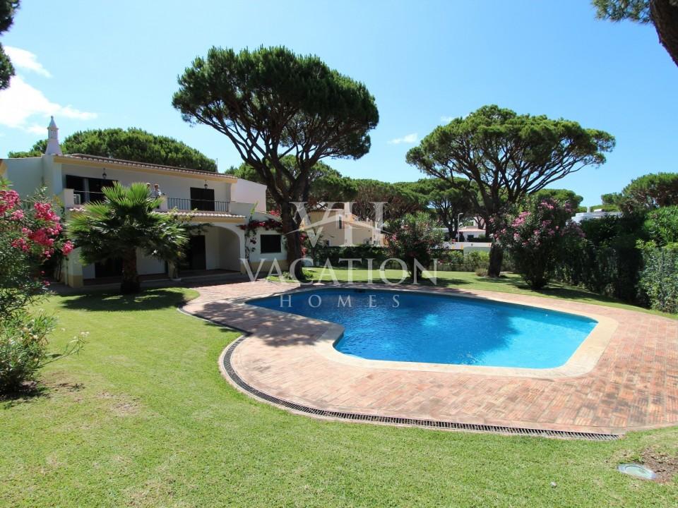 Beautiful 4 bedroom villa on Av. Do Mar, 7 minutes walk from the beach and Praça.