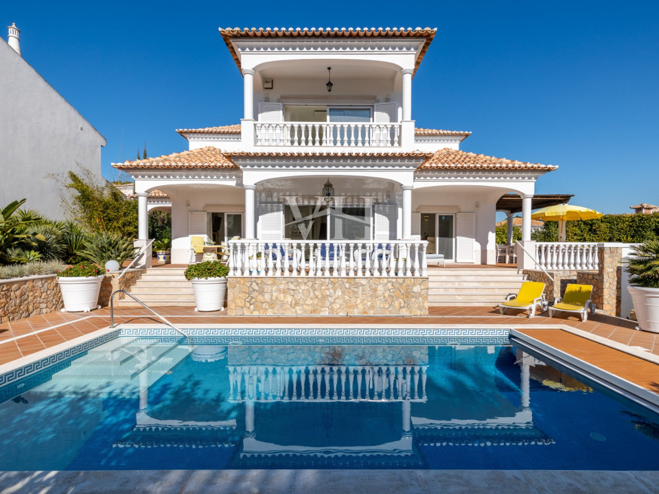 Beautiful three bedroom villa with a lovely pool area located between Quinta do Lago and Vale do Lobo in Varandas do Lago at 5 minutes driving from Ancão large sandy beach (various restaurants).
