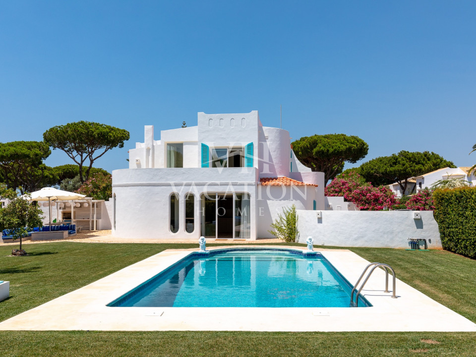 Luxury villa in Algarve style, with 5 bedrooms and 5 bathrooms, close to bars and restaurants at a short walking distance to the marina.
