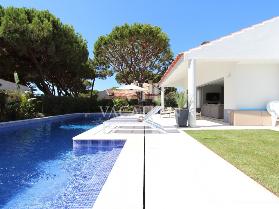 Casa das Flores is a newly renovated stunning villa with private pool located in the Quadradinhos area of the prestigious resort of Vale do Lobo.